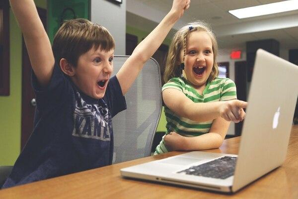 Es importante que nuestros niños aprendan a interactuar de manera positiva con la tecnología.