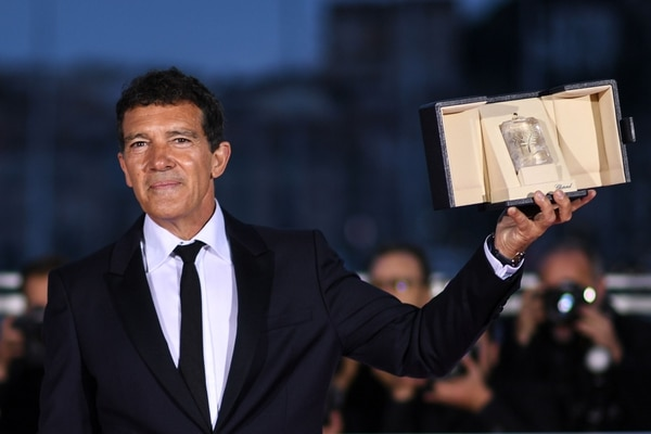 Spanish actor Antonio Banderas holds his trophy during a photocall on May 25, 2019 after he won the Best Actor Prize for his part in