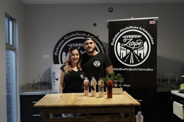 Jocellyn Solís y Paolo Esquivel ofrecen sus productos en bares, licoreras, tiendas de emprendimiento nacional y ferias. Foto: Cortesía Avenida Zarpe.