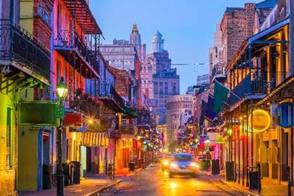 Maneje 27 kilómetros este del Aeropuerto Internacional Nueva Orleans Louis Armstrong.