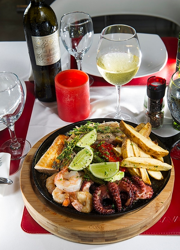 Parrillada de pescados y mariscos, con pargo rojo, pez espada, salmón rosado, pulpo y camarones a la plancha.