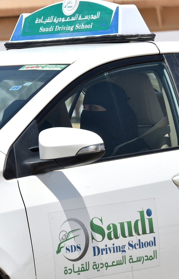 Una mujer recibe clases de conducir en la Escuela de Manejo Saudí, en la capital, Riad, el 24 de junio de 2019. Hasta el 24 de junio del año pasado, la conducción de mujeres se habría considerado un delito en Arabia Saudita, donde los conservadores han predicado durante décadas que permitir el acto promovería la mezcla de género y la promiscuidad. (Foto por FAYEZ NURELDINE / AFP)