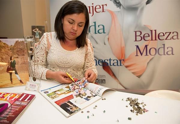 La diseñadora Adriana Vargas diseñando accesorios únicos en el stand de la Revista Perfil en El Gran Bazar.