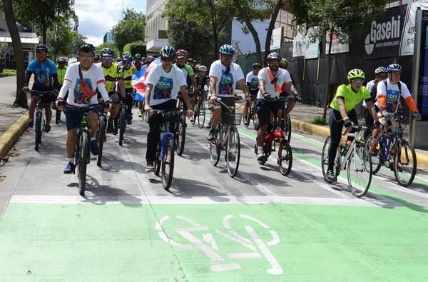 Miles de ciclistas aficionados participarón en la celebración del día mundal de la bicicleta, el pasado 3 de junio. En la foto ciclistas al paso por el centro de San José. CARLOS GONZALEZ/GRUPO NACION.