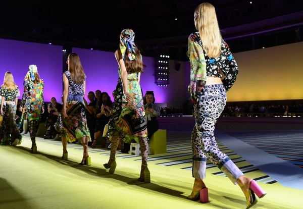 Models present creations for Versace fashion house during the Women's Spring/Summer 2019 fashion shows in Milan, on September 21, 2018. (Photo by Miguel MEDINA / AFP)