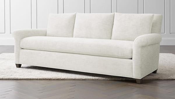 El sofá Cortina, con su tono neutro es la base perfecta para crear una nueva y moderna apariencia en la sala de estar. Crate and Barrel
