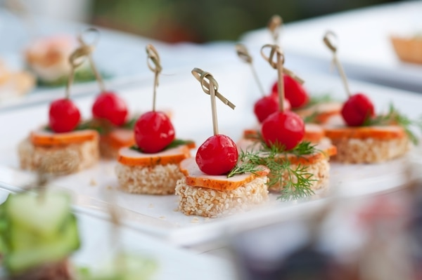 La comida en las bodas de día no tiene que ser muy elaboradas.