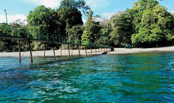 Playa Nicuesa se distingue por un pequeño muelle que parece estar abandonado.