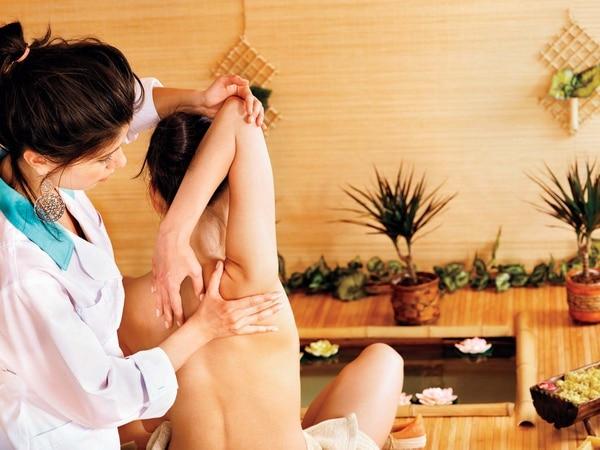 Una contractura es un nudo que se hace en las fibras del músculo que puede llegar a afectar nervios y en consecuencia hacer que el dolor se irradie a otras partes del cuerpo.