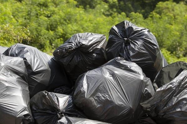 ¿Cuántas de estas bolsas de basura corresponderían a lo que usted puede producir de basura al año? y ¿cuánta de esa basura puede reciclar? Reciclar para proteger el medio ambiente es una responsabilidad conjunta en la que podemos colaborar.