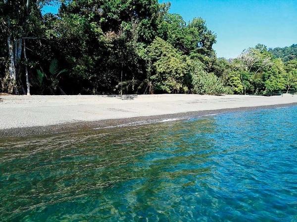 En playa Nicuesa la arena se entremezcla con piedra blanca.