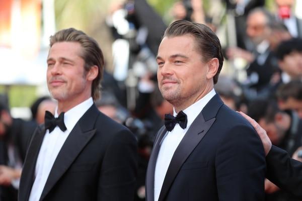 El actor estadounidense Leonardo DiCaprio llega con el actor estadounidense Brad Pitt para la proyección de la película