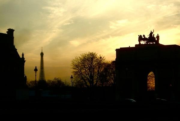 """París, Francia. """"El ser que no viene seguido a París nunca será completamente elegante"""", clamaba Honoré de Balzac. La torre, parida con destino provisorio, trampolín, a lo largo de un siglo, de un poco menos de 350 suicidados que subieron para dejarse caer, es una prueba de amor. Monsieur Gustave Eiffel, enamorado de una mujer que se llamaba Amélie, construyó una gigante letra A, el faro que domina y recuerda que París es París, desde hace más de un siglo. El resto es pura zozobra y savoir-vivre parisino."""
