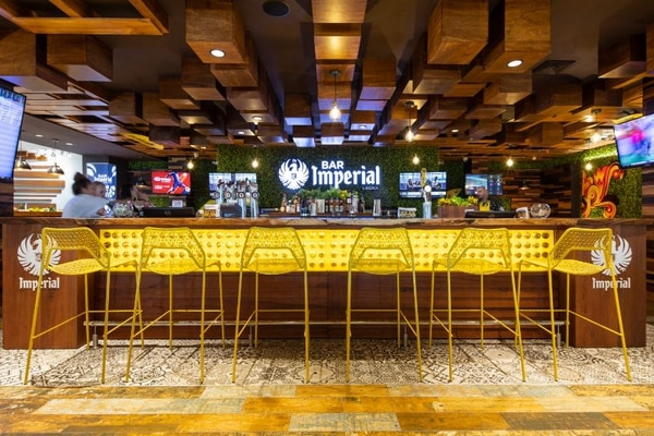 FIFCO inauguró un nuevo Bar Imperial en el Aeropuerto Internacional Daniel Oduber en Liberia, el tercero de su tipo y el primero bajo el modelo de franquicia. Será operado por Morpho Travel Retail. Foto: FIFCO para EF