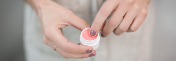 Procure utilizar hidrantes y protectores no solo en su piel, sus labios también son delicados.
